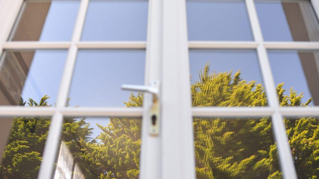Pourquoi la porte d'entrée doit-elle être assortie aux volets de vos fenêtres ?